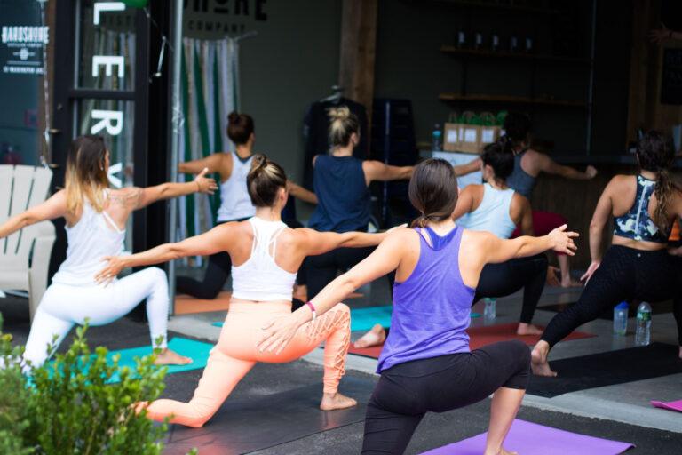 5 tips til at træne sammen derhjemme med yogamåtter